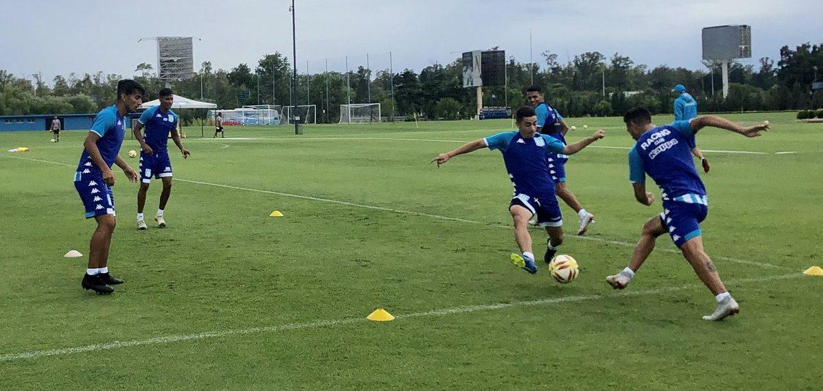Racing cerró la semana de entrenamientos con más ejercicios futbolísticos. Mauricio Martínez trabajó en el campo de juego.