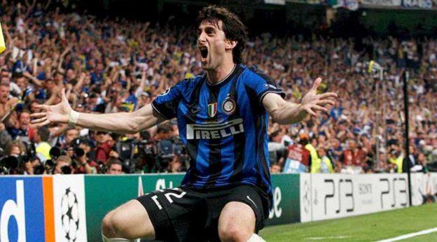 Diego Milito festejando uno de sus tantos en la final.