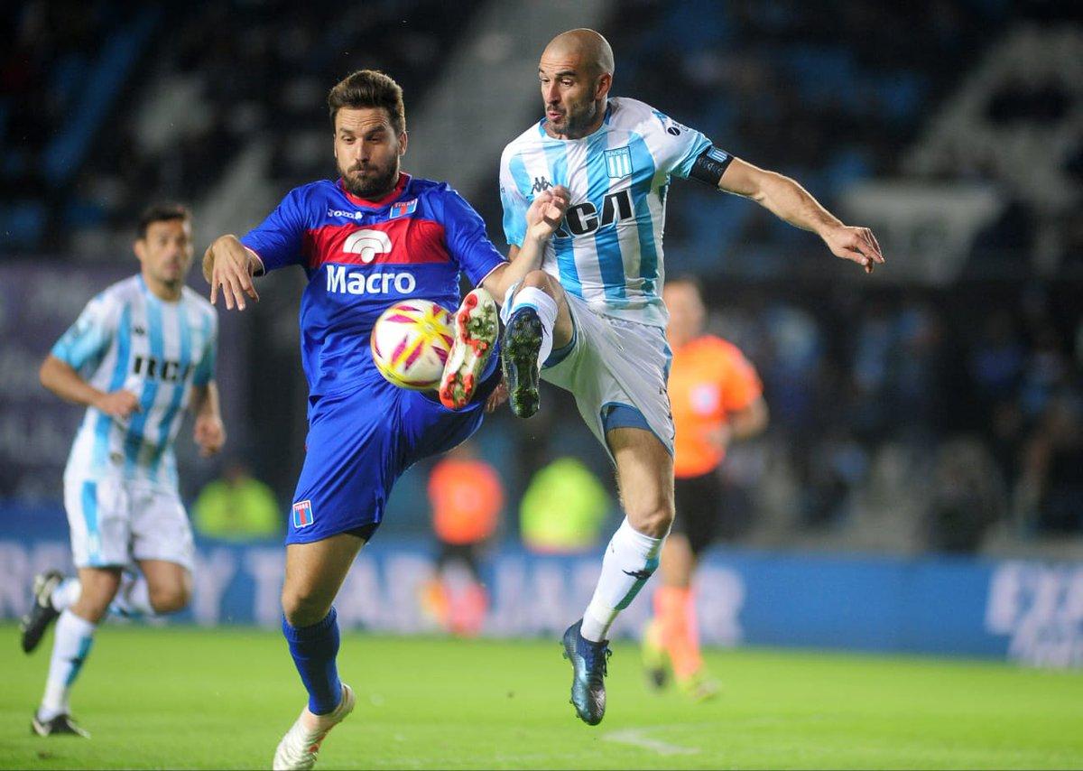 Licha disputando el balón antes de salir lesionado.