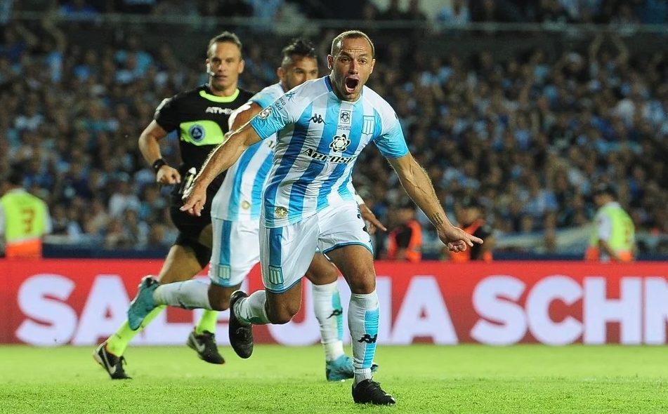 Marcelo Díaz grita el gol épico.