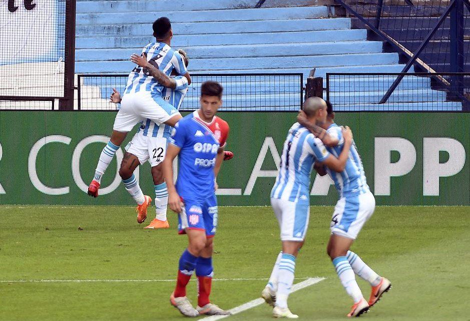 Alcaraz abraza a Montoya tras el gol.