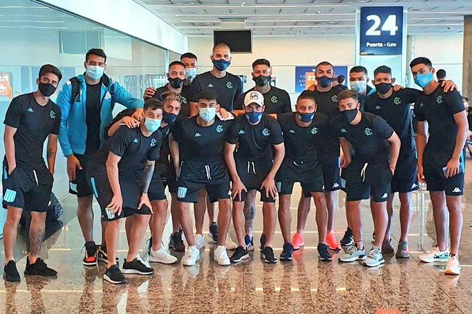 Los jugadores en Aeroparque. Foto: Racing Club.