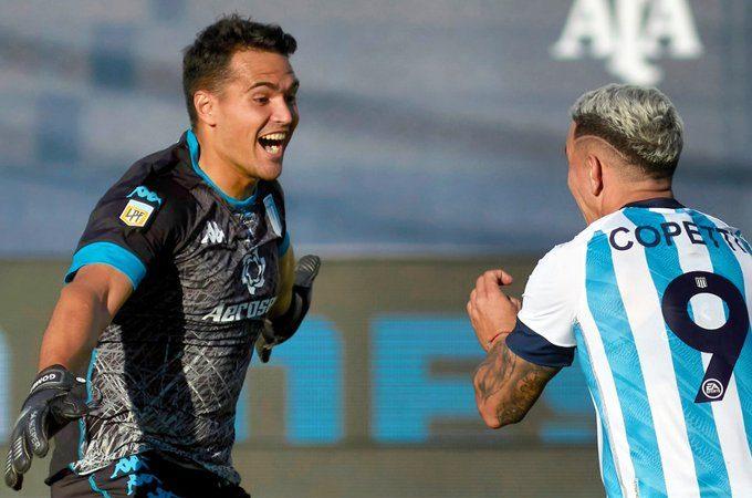 Gómez y Copetti corren para abrazarse tras la clasificación de la Academia a la final.